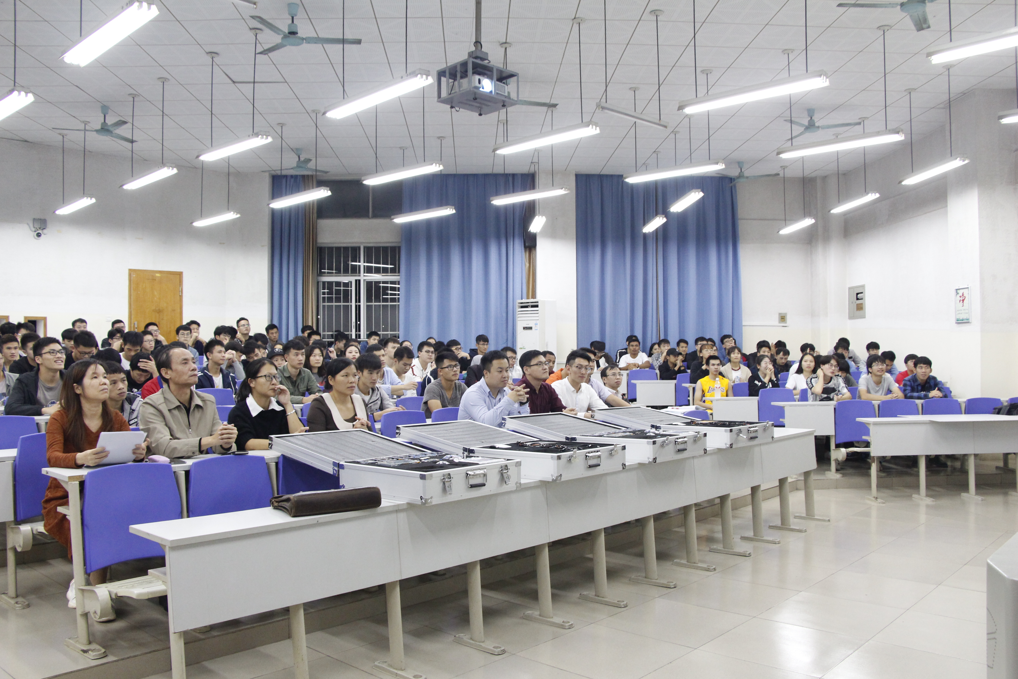 广西民大信工学院与粤嵌校企共建大学生众创空间