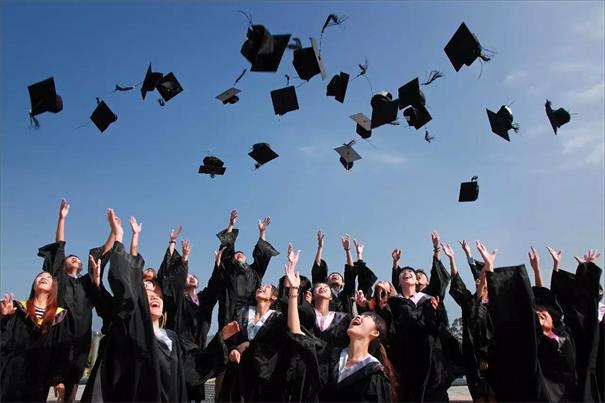 IT培训生和普通应届毕业生,谁更容易高薪就业?